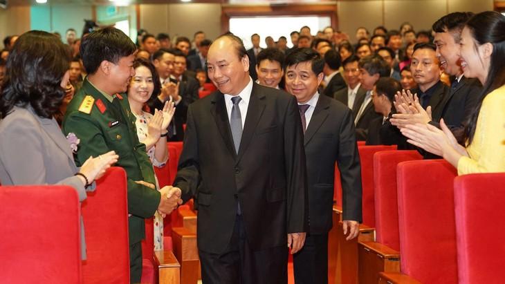 Thủ tướng Chính phủ Nguyễn Xuân Phúc với các đại biểu dự Hội nghị triển khai kế hoạch công tác và tập huấn phương án điều tra doanh nghiệp năm 2020. Ảnh: Hiếu Nguyễn