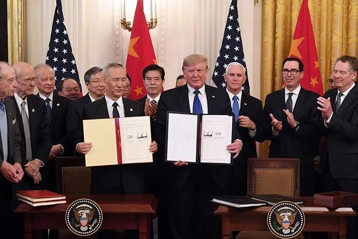 Phó thủ tướng Trung Quốc Lưu Hạc và Tổng thống Donald Trump tại lễ ký thoả thuận thương mại giai đoạn 1. Ảnh:AFP