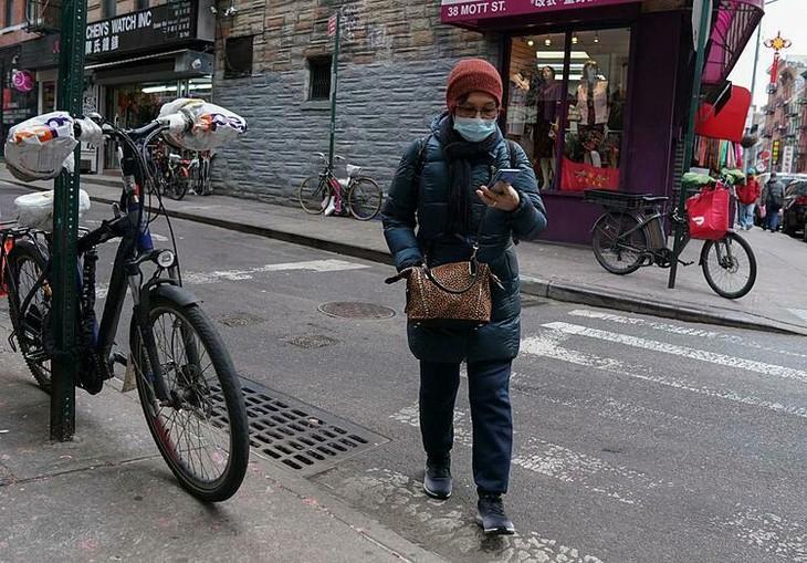 Người dân đi lại trên đường phố New York City. Ảnh:Reuters