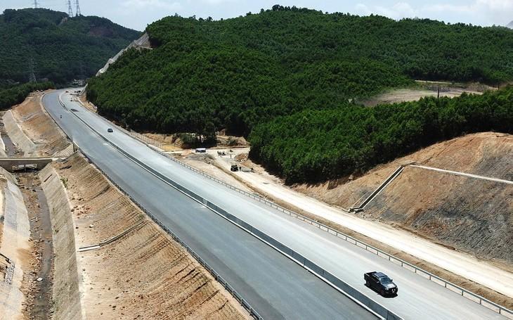 Dự án đường nối cao tốc Hạ Long - Vân Đồn (Quảng Ninh) có tổng mức đầu tư 1.299 tỷ đồng với chiều dài toàn tuyến là 11,6 km. Ảnh: Đỗ Phương