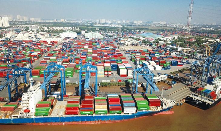 Giảm giá, phí bốc xếp, lưu kho tại các cảng hàng không, cảng biển, cảng đường thủy nội địa là một trong những giải pháp đề xuất hỗ trợ doanh nghiệp. Ảnh: Lê Tiên