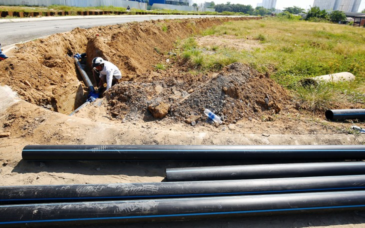 Nhà thầu tham dự 4 gói thầu xây lắp hạ tầng khu tái định cư Sân bay Long Thành phải có hợp đồng tương tự thực hiện công trình hạ tầng kỹ thuật (thoát nước) - cấp I trở lên. Ảnh: Tiên Giang