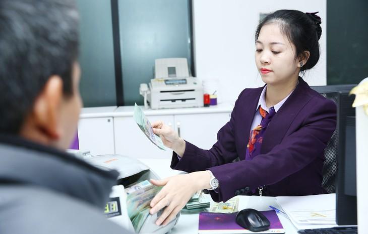 Một số ngân hàng đã thực hiện giãn, giảm lãi suất cho vay với doanh nghiệp. Ảnh: Lê Tiên