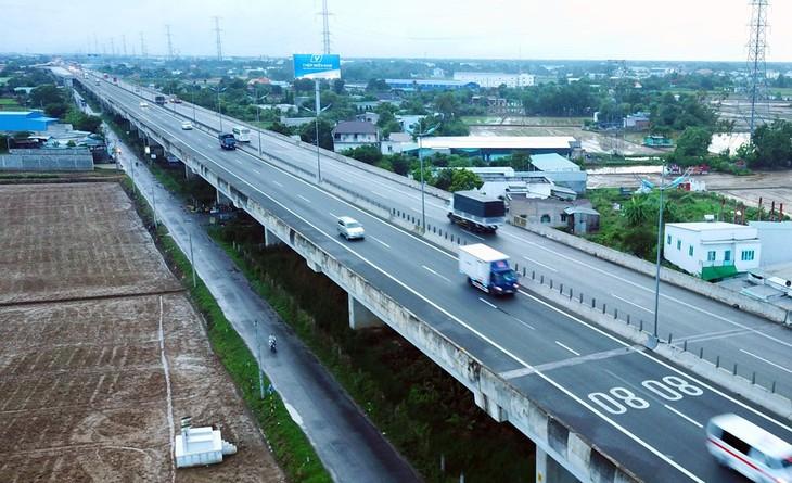 Các nhà thầu đã thi công đạt hơn 35% khối lượng của Dự án cao tốc Trung Lương - Mỹ Thuận. Ảnh: Lê Tiên