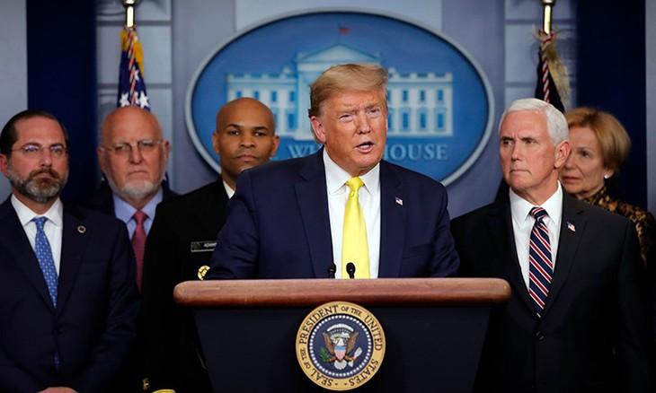 Tổng thống Donald Trump (giữa) phát biểu trong cuộc họp báo ở Nhà Trắng hôm 9/3. Ảnh:AP.