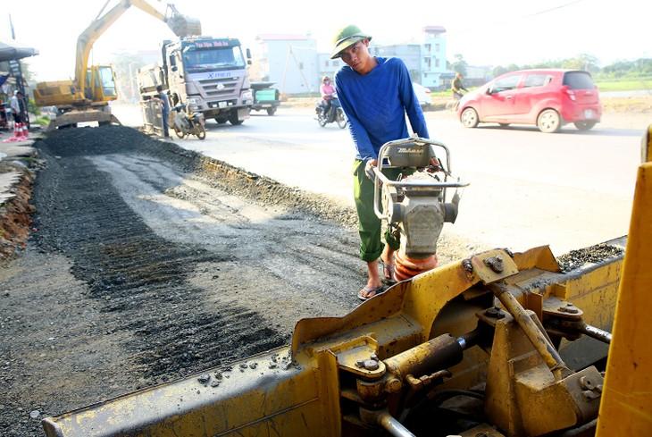 Bên cạnh 4 gói thầu vừa trúng, Công ty TNHH Tư vấn và Xây dựng Hùng Hiền đang thi công một số gói thầu có giá trị trên dưới 20 tỷ đồng. Ảnh: Tiên Giang