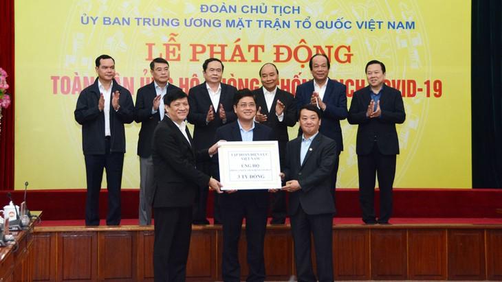 Phó Tổng giám đốc EVN Võ Quang Lâm (đứng giữa) trao số tiền ủng hộ 3 tỷ đồng của Tập đoàn và các tổng công ty trực thuộc