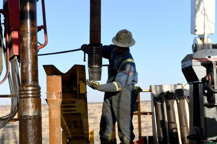Công nhân tại một cơ sở khai thác dầu ở Texas (Mỹ). Ảnh:Reuters
