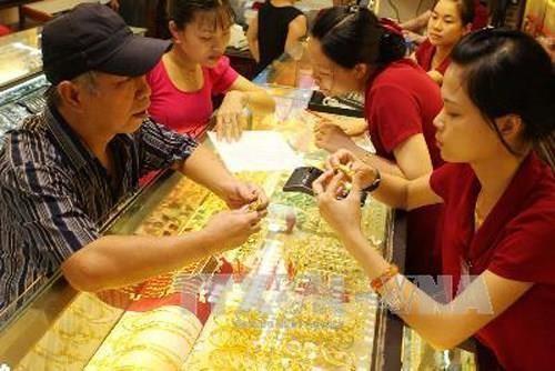 Giá vàng trong nước rút ngắn chênh lệch với giá vàng thế giới. Ảnh: TTXVN
