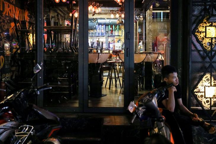 Hàng loạt nhà hàng, quán bar, beerclub, massage tại phố đi bộ Bùi Viện đóng cửa tối 14/3. Ảnh:Quỳnh Trần