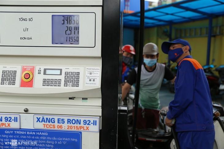 Giá xăng đã được các cửa hàng điều chỉnh về 11.950 đồng một lít từ 15h hôm nay (29/3). Ảnh:Thái Anh.