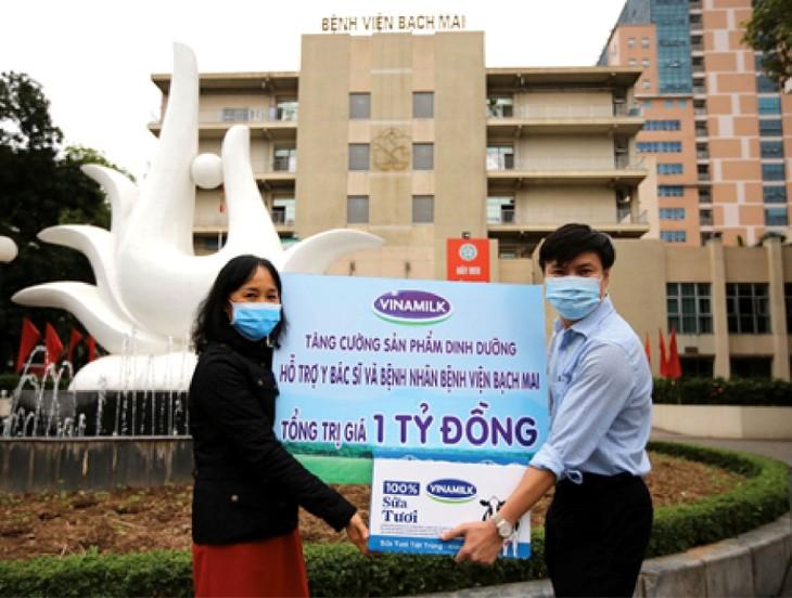Bà Nguyễn Thị Minh Tâm, Giám đốc Chi nhánh Vinamilk tại Hà Nội trao tặng sản phẩm dinh dưỡng giá trị 1 tỷ đồng cho Bệnh viện Bạch Mai