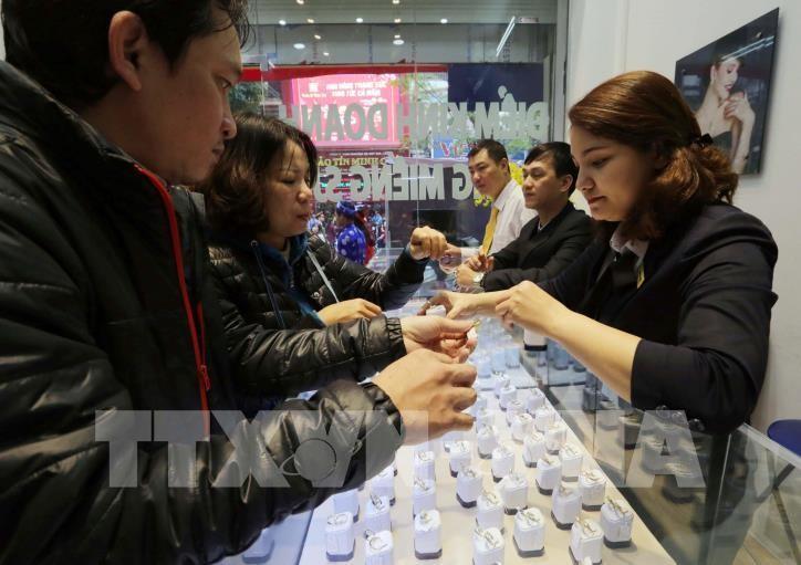 Giá vàng trong nước sáng 8/4 giảm 300.000 đồng/lượng. Ảnh: Trần Việt - TTXVN