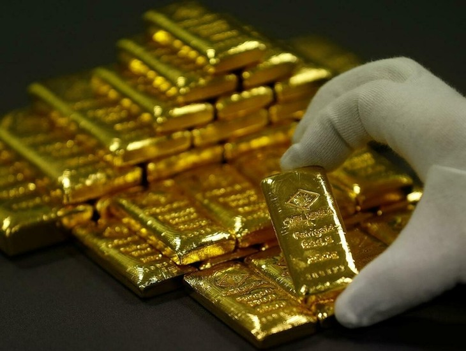 Nhân viên sắp xếp vàng thỏi tại một nhà máy ở Vienna (Áo). Ảnh: Reuters.