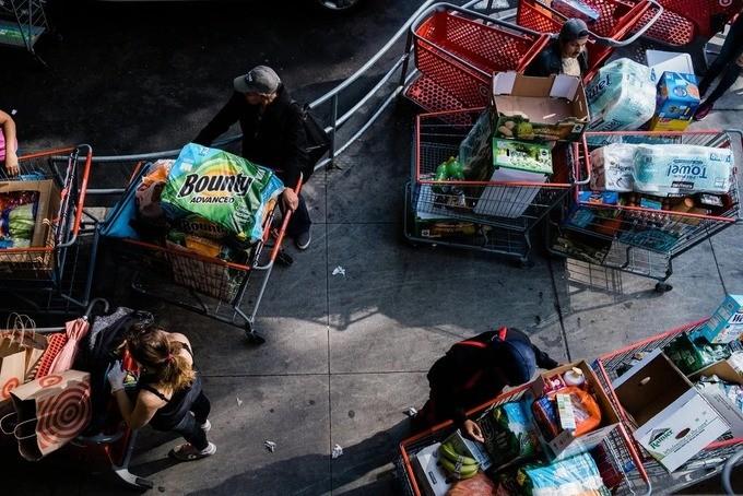 Xe đẩy hàng nhu yếu phẩm của khách đến mua tại East River Plaza ở Manhattan, New York ngày 20/3. Ảnh: NYT.