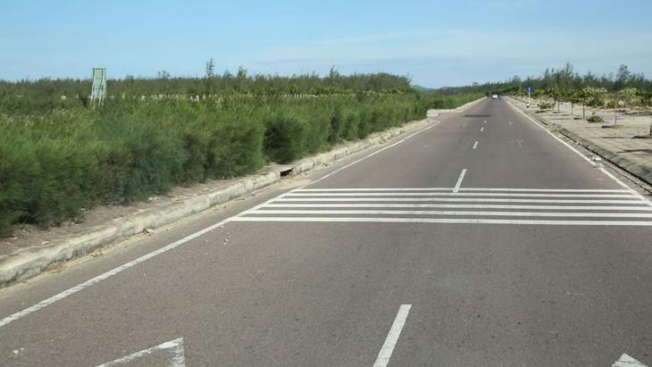 Tuyến đường bộ ven biển sẽ đảm bảo kết nối liên thông giữa các tỉnh, thành phố, các khu du lịch ven biển, rút ngắn khoảng cách, thời gian đi lại. Ảnh: Nhã Chi