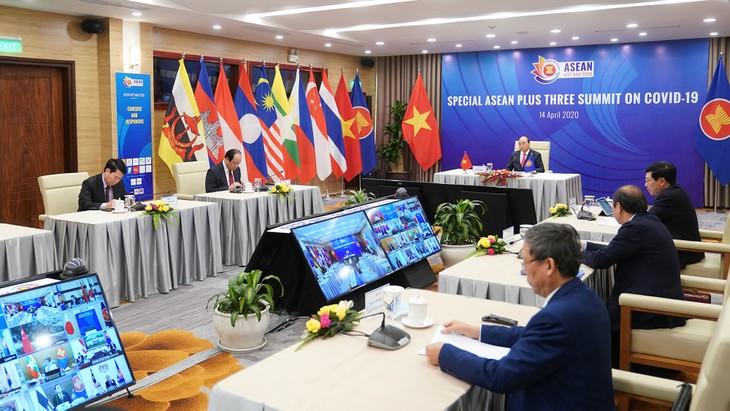 Thủ tướng Nguyễn Xuân Phúc chủ trì Hội nghị Cấp cao đặc biệt trực tuyến ASEAN+3 về ứng phó dịch bệnh Covid-19. Ảnh: Hiếu Nguyễn