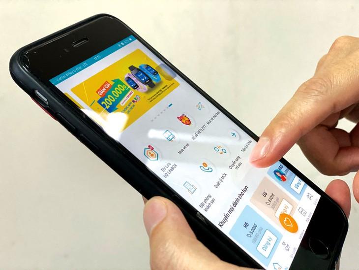 Mobile money giúp người dân có thể thanh toán mọi lúc mọi nơi với thiết bị di động được kết nối Internet. Ảnh: Lê Tiên
