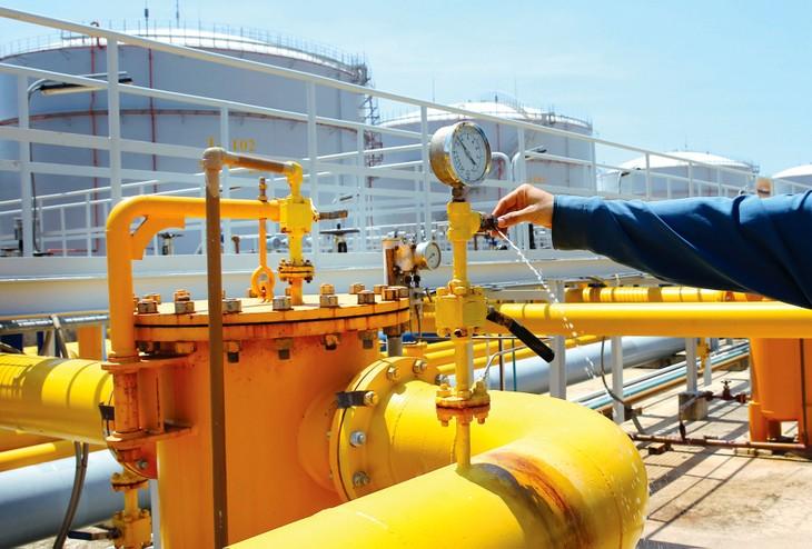Giá dầu giảm có thể làm giảm nguồn thu ngân sách nhà nước từ dầu thô nhưng mức tác động không quá lớn. Ảnh: Lê Tiên