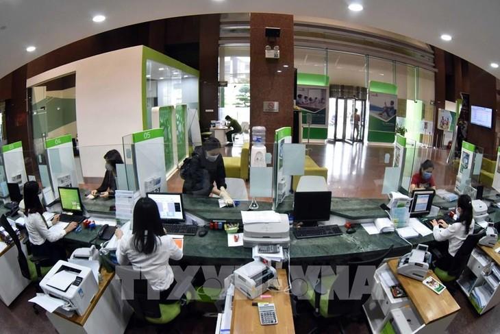Khách hàng giao dịch tại hội sở chính Vietcombank, 198 Trần Quang Khải, Hà Nội. Ảnh: Trần Việt - TTXVN