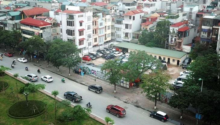 Khu đất tại số 125 Văn Cao, phường Liễu Giai (Hà Nội) hiện vẫn đang được quây tôn và trở thành điểm trông giữ xe. Ảnh: Lê Tiên