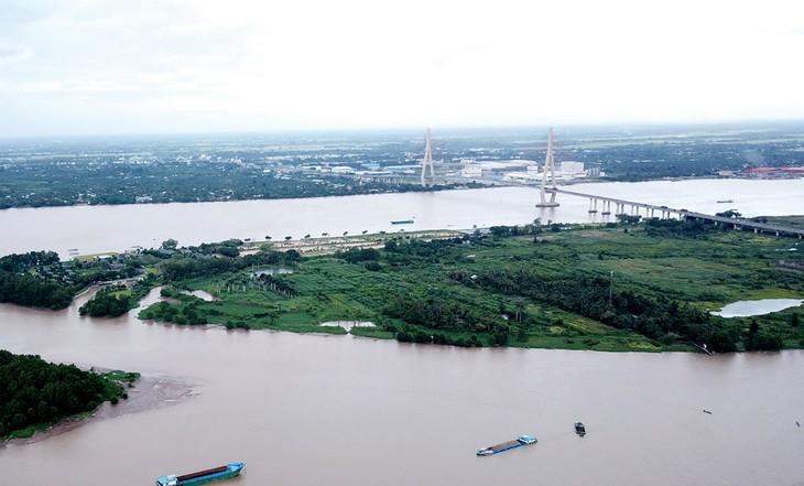 Đối với các công trình lớn tại khu vực Đồng bằng sông Cửu Long, chủ đầu tư và đơn vị thi công đang gặp nhiều khó khăn để đáp ứng nguồn cung vật liệu xây dựng. Ảnh: Lê Tiên