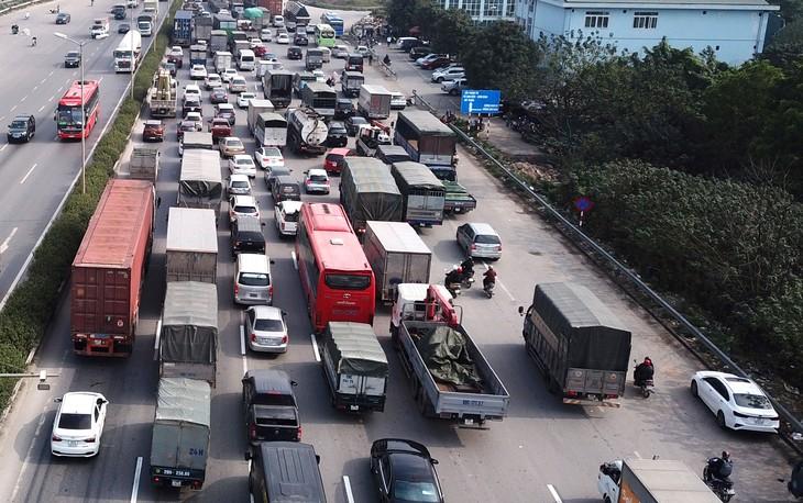 Tốc độ đô thị hóa nhanh và tình trạng tăng dân cư tự phát tạo ra sức ép rất lớn đối với hệ thống hạ tầng kỹ thuật và hạ tầng xã hội ở Hà Nội. Ảnh: Song Lê