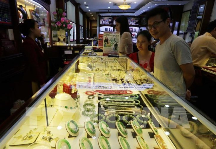 Khách hàng giao dịch tại công ty vàng Bảo Tín Minh Châu (Hà Nội). Ảnh: Trần Việt - TTXVN