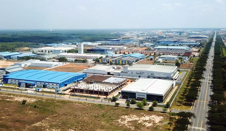 Để đón dòng vốn đầu tư dịch chuyển, nhiều chủ đầu tư các khu công nghiệp đang rầm rộ triển khai thêm dự án. Ảnh: Lê Tiên