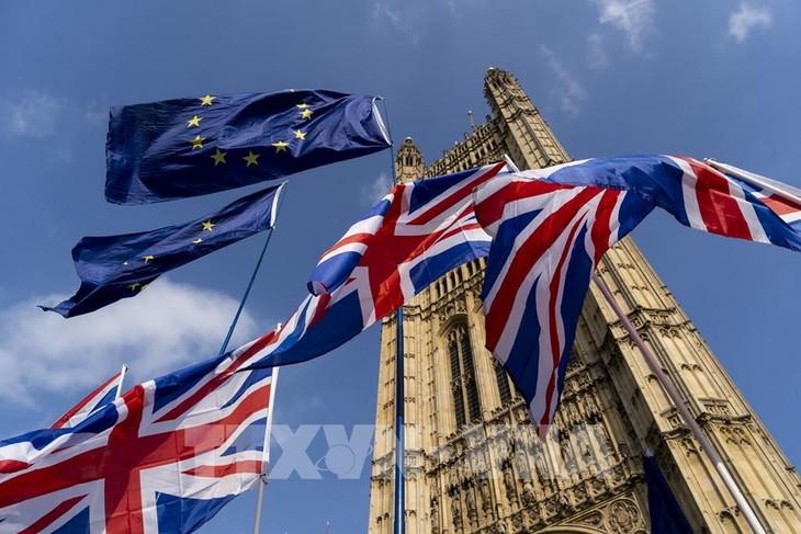 Cờ Anh (phía dưới) và cờ EU (phía trên) tại London, Anh ngày 28/3/2019. Ảnh: AFP/ TTXVN
