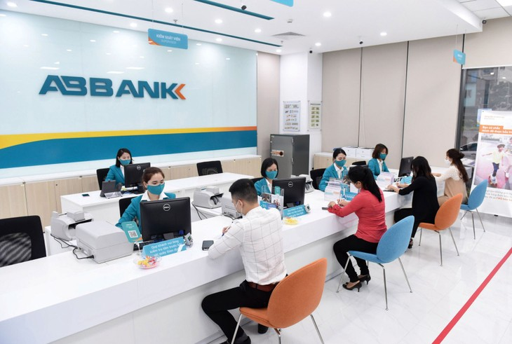 Nhiều ngân hàng thông báo hoãn kế hoạch đăng ký giao dịch cổ phiếu trên sàn chứng khoán. Ảnh: Minh Dũng