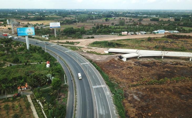 Dự án Đầu tư xây dựng công trình đường cao tốc Mỹ Thuận - Cần Thơ, giai đoạn 1 có tổng mức đầu tư 4.827,32 tỷ đồng, sử dụng nguồn ngân sách trung ương. Ảnh: Lê Tiên
