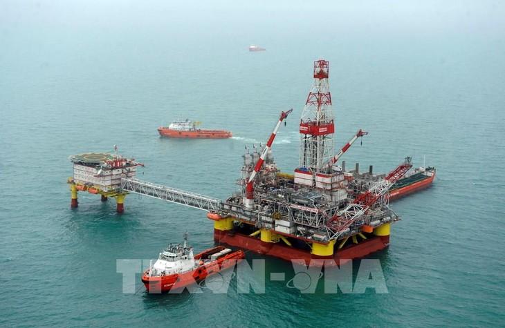 Giá dầu châu Á tăng nhẹ nhờ nguồn cung thắt chặt hơn. Ảnh: AFP/TTXVN