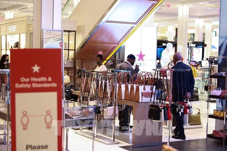 Người dân mua sắm tại cửa hàng của Tập đoàn Macy ở New York, Mỹ ngày 22/6/2020, khi lệnh mở cửa trở lại bước vào giai đoạn mới. Ảnh: THX/TTXVN