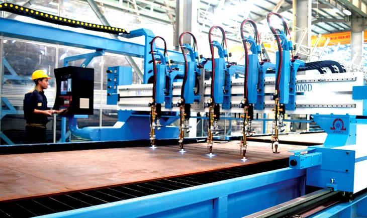 Việc không ngừng vận dụng các công nghệ mới trong sản xuất để đẩy xa các giới hạn của năng suất lao động, nâng cao hiệu quả sản xuất là rất cần thiết để phát triển kinh tế hậu Covid-19. Ảnh: Lê Tiên