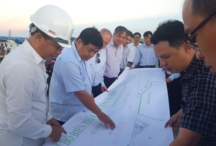 Bộ trưởng Bộ KH&ĐT Nguyễn Chí Dũng thị sát dự án tại Phú Yên Ảnh: Cao Dung