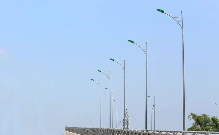 Hồ sơ mời thầu yêu cầu nhà thầu phải có kinh nghiệm thực hiện hợp đồng tương tự thi công xây dựng đường điện chiếu sáng công cộng trên tuyến Quốc lộ 1A. Ảnh: Nhã Chi