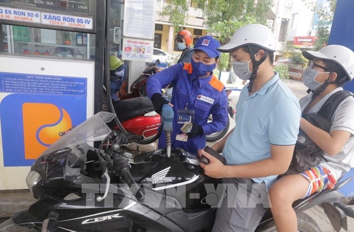 Liên Bộ quyết định giữ ổn định giá xăng, dầu so với mức giá hiện hành: xăng E5RON92 không cao hơn 14.258 đồng/lít; xăng RON95-III không cao hơn 14.973 đồng/lít. Ảnh: Trần Việt - TTXVN
