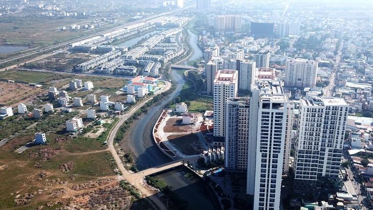 Nhiều dự án bất động sản TP.HCM bị đóng băng do sự bất cập của các thủ tục đầu tư xây dựng đối với dự án nhà ở có quỹ đất hỗn hợp. Ảnh: Lê Tiên