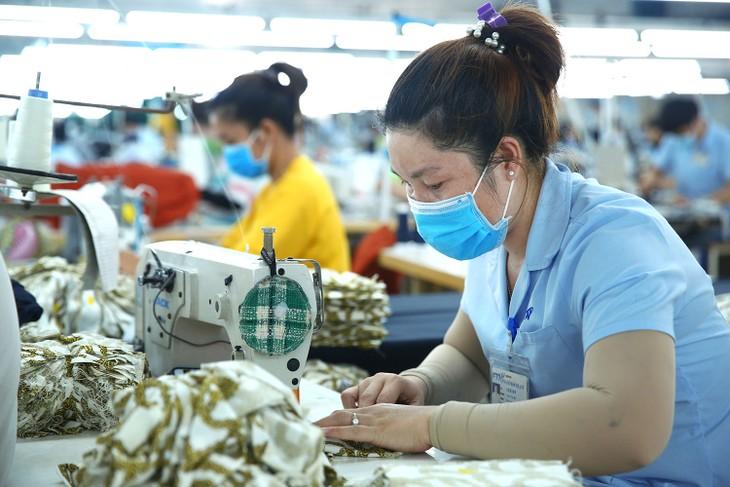 Kim ngạch xuất khẩu dệt may của Việt Nam trong 6 tháng đầu năm 2020 ước đạt 12,8 tỷ USD, giảm 15,5% so với cùng kỳ năm ngoái. Ảnh: Lê Tiên