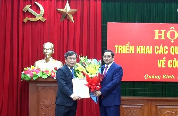 Ông Phạm Minh Chính - Ủy viên Bộ Chính trị, Bí thư Trung ương Đảng, Trưởng Ban Tổ chức Trung ương trao quyết định của Bộ Chính trị cho ông Vũ Đại Thắng.