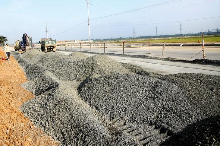 Gói thầu Xây dựng đường Đồng Tiến - Tân Phú, huyện Đồng Phú (tỉnh Bình Phước) có giá gần 130 tỷ đồng. Ảnh: Nhã Chi