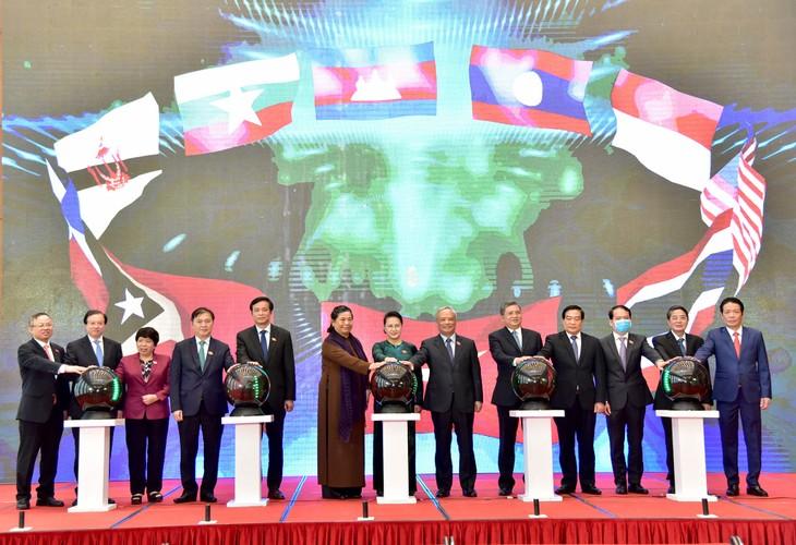 Chủ tịch Quốc hội Nguyễn Thị Kim Ngân và các đại biểu bấm nút khởi động Trang Thông tin điện tử, Ứng dụng trên thiết bị di động của Năm Chủ tịch AIPA 2020. Ảnh: Vũ Lâm Hiển