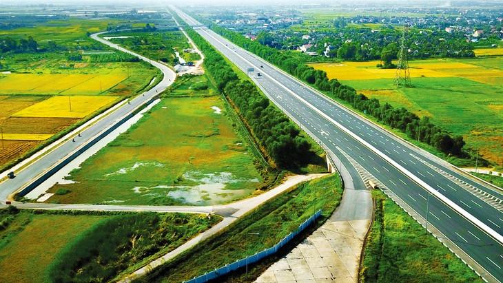 Kết cấu hạ tầng là điều kiện quan trọng, là đường băng cho nền kinh tế tăng tốc, bứt phá trong tương lai. Ảnh: Lê Tiên