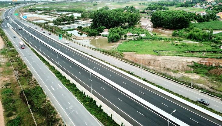 """Bộ trưởng Nguyễn Chí Dũng khẳng định Bộ KH&ĐT sẽ đồng hành cùng Bộ GTVT, tính toán các giải pháp huy động nguồn lực để """"làm cho bằng được"""" tuyến đường bộ cao tốc Bắc – Nam. Ảnh: Song Lê"""