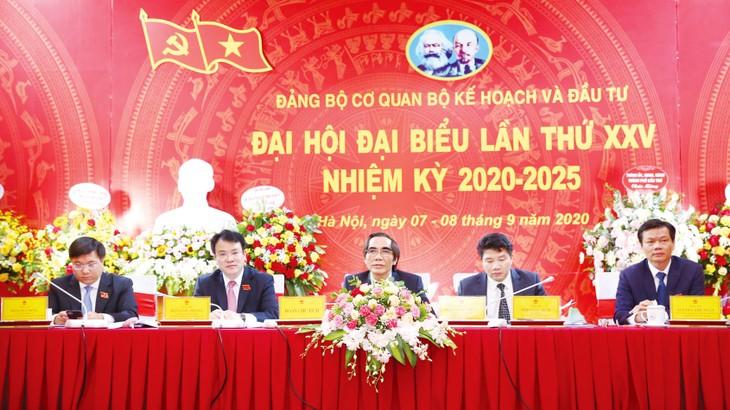 Vai trò lãnh đạo của Đảng không ngừng được củng cố trong hoạt động của Bộ Kế hoạch và Đầu tư, đặc biệt là việc quán triệt đường lối các Nghị quyết của Đảng vào nhiệm vụ chuyên môn. Ảnh: Lê Tiên