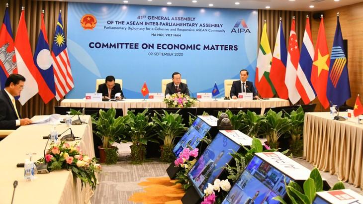 Phiên họp của Ủy ban Kinh tế AIPA 41 đưa ra khuyến nghị để các nước AIPA ứng phó với tình huống khẩn cấp và đề xuất giải pháp nhằm gắn kết, phục hồi kinh tế sau dịch bệnh. Ảnh: Quang Khánh