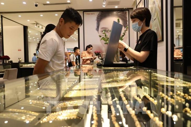 Giá vàng giao dịch dưới ngưỡng 57 triệu đồng/lượng. Ảnh: Danh Lam - TTXVN