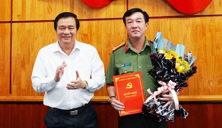 Bí thư Tỉnh ủy, Chủ tịch HĐND tỉnh Long An Phạm Văn Rạnh trao quyết định và chúc mừng Đại tá Lâm Minh Hồng
