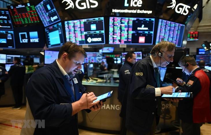 Giao dịch viên làm việc tại Sở giao dịch chứng khoán New York, Mỹ. (Ảnh: AFP/TTXVN)